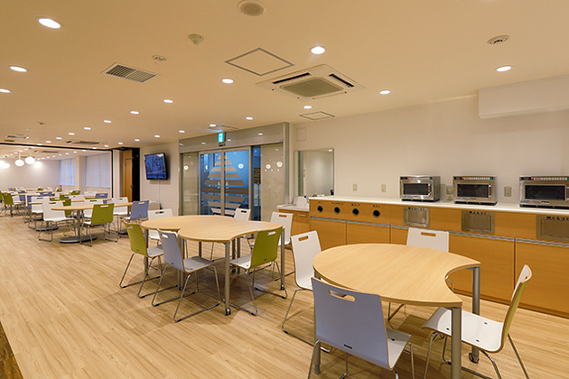 Showa University/【Table seating】Trash receptacles are placed near entrance/exit.