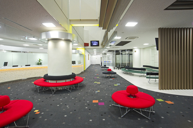 Mymy School Co., Ltd./【Lobby (3)】To create a restful atmosphere, comfortable circular benches were installed.
