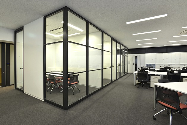 Sumitomo Wiring Systems, Ltd./【Conference room】A sense of unity with the work area is achieved by using glass partitions.