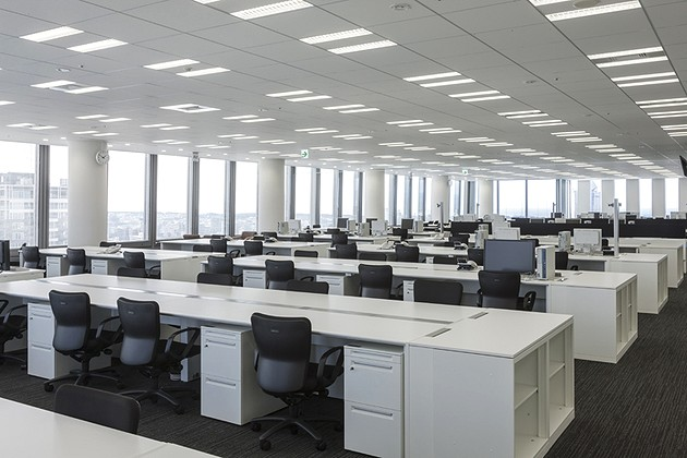 The Niigata Nippo Co., Ltd./【Office area】Large bench tables were used so the office could handle future organizational changes.