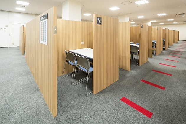 Life Corporation/【Business negotiation area】The wood panels create a calm atmosphere.