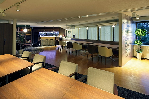 Fujita Pharmaceutical Co., Ltd./【Lounge】The lounge is color coordinated with wood grain and deep colors; pendant lights and floor lights enhance the atmosphere.