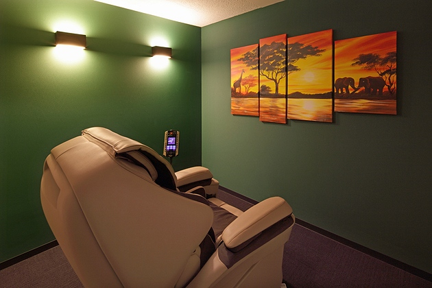 Fujita Pharmaceutical Co., Ltd./【Relaxation space】A massage chair is available for customers fatigued by business travel.