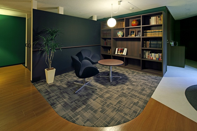 Fujita Pharmaceutical Co., Ltd./【Library】The bookshelves contain an encyclopedia and volumes on animal research. The wall is finished with a blackboard coating.