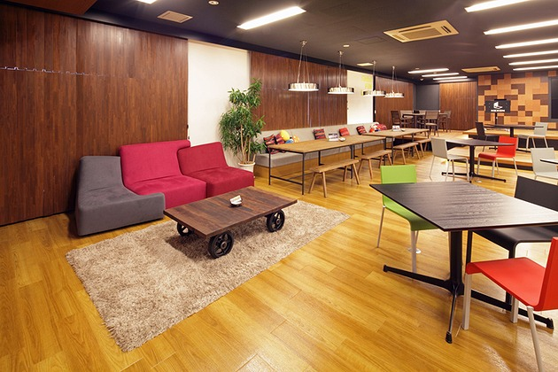 Nexon Co., Ltd./【Sofa area】The color of the space is enhanced by the color scheme of the low-sofa zone.
