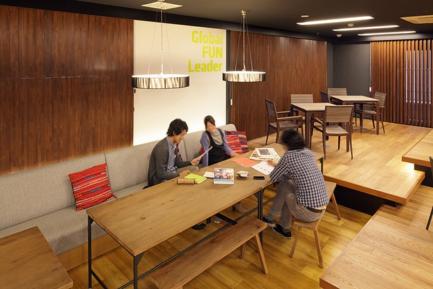 Nexon Co., Ltd./【Sofa area】The sofa and bench zone can accommodate meetings with a large number of people.