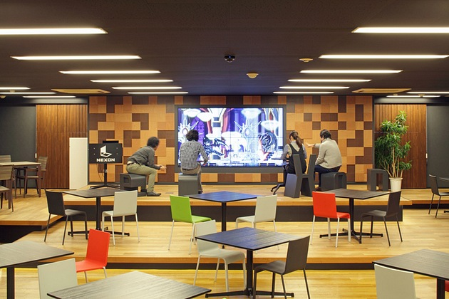 Nexon Co., Ltd./【Stage area】Simultaneous game play by up to four people is possible on the four-screen multi-monitor.
