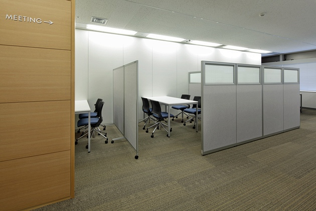 "Takashima & Co., Ltd./【Visitor meeting space】This space has a bright and beautiful view of Skytree. On the low partitions, glass sheets featuring ""heavy-duty fabric"" motifs were used."