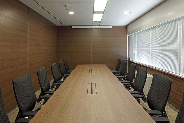 Takashima & Co., Ltd./【Executive meeting room】Meeting a construction requirement of natural smoke extraction, the executive meeting room was created using the minimum space necessary.