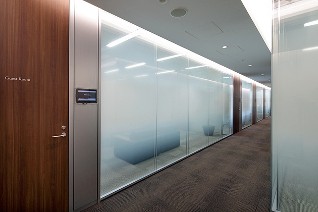 NEC Capital Solutions Limited/【Conference room】Double-pane glass provides high levels of both design sophistication and sound insulation.