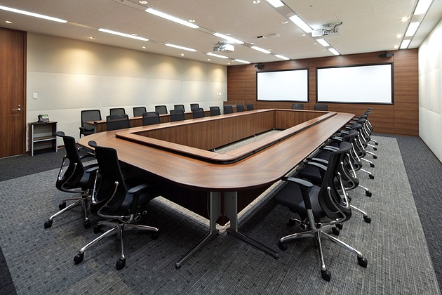 NEC Capital Solutions Limited/【Presentation room】A large conference room where two-screen presentations are possible.
