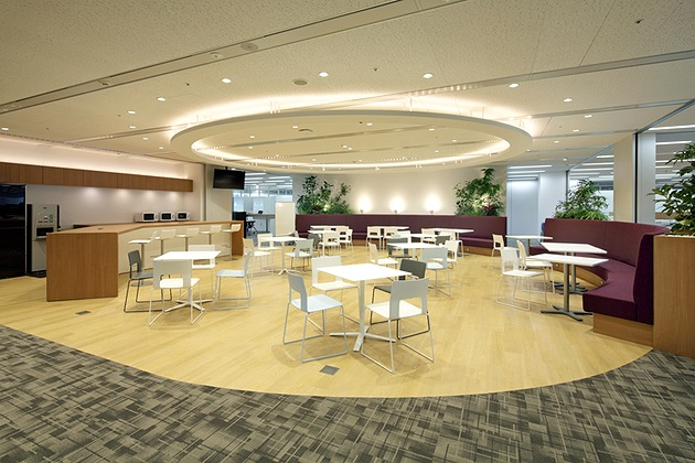 NEC Capital Solutions Limited/【Collaboration space】A communication area in the center of the office.