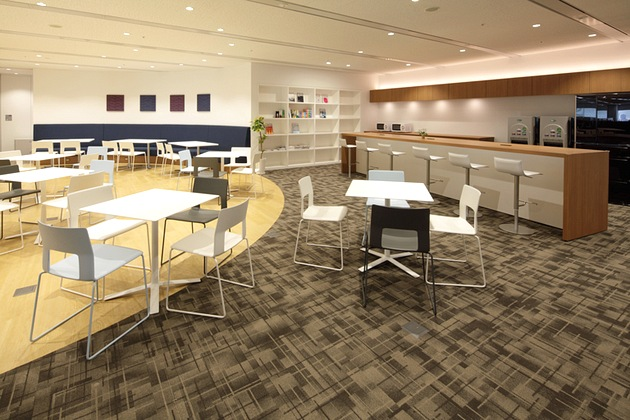 NEC Capital Solutions Limited/【Collaboration space】In addition to hosting discussions, the space also offers library and tea service functions.