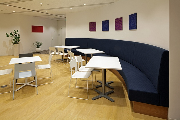 NEC Capital Solutions Limited/【Collaboration space】There is a curved sofa behind the entrance.