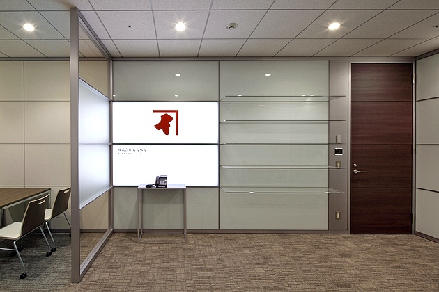 NINBEN Co., Ltd./【Reception】The entrance area makes extensive use of glass. The sign uses internally illuminated panels.