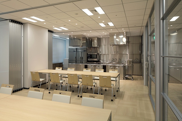 NINBEN Co., Ltd./【Test kitchen and presentation reception room】Situated next to the kitchen, the reception room can also be used for product taste testing.