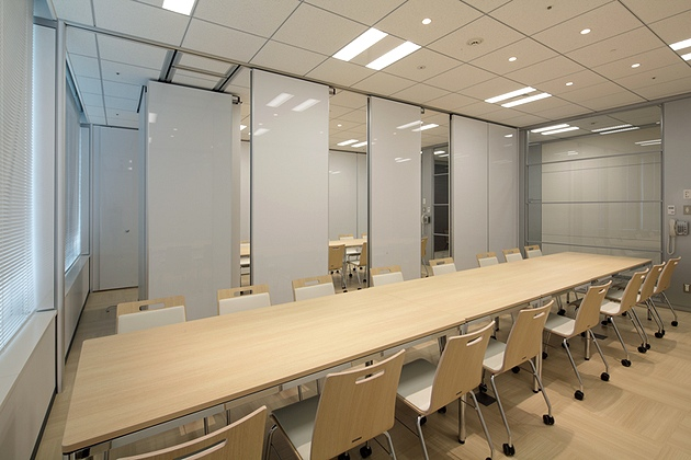 NINBEN Co., Ltd./【Test kitchen and presentation reception room】Moveable partitions enable the space to be efficiently used.