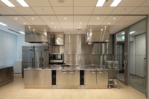 NINBEN Co., Ltd./【Test kitchen and presentation reception room】Since it is a high-rise building, the commercial cooking facility utilizes IH ranges.