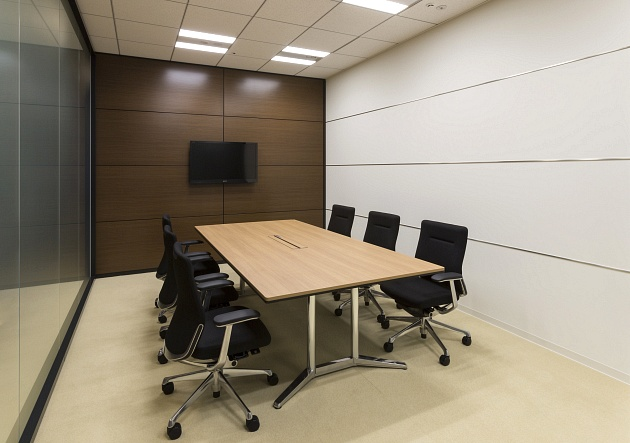 Group Holdings/【Visitor meetings】The monitor can be used in discussions during meetings with visitors.
