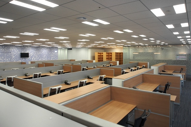 Group Holdings/【Work area】Woodgrain furniture creates a relaxed atmosphere in the work space.