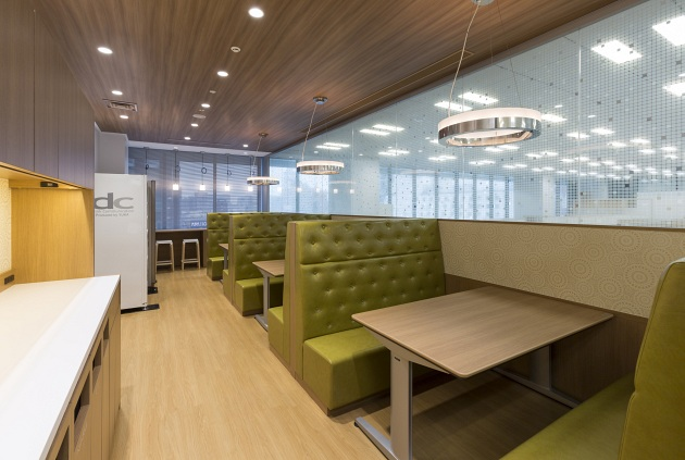 "Group Holdings/【Refresh 1】In creating a ""refresh space"" where employees can feel comfortable and relaxed, consideration was given to providing good lighting while also controlling lines of sight from work areas."