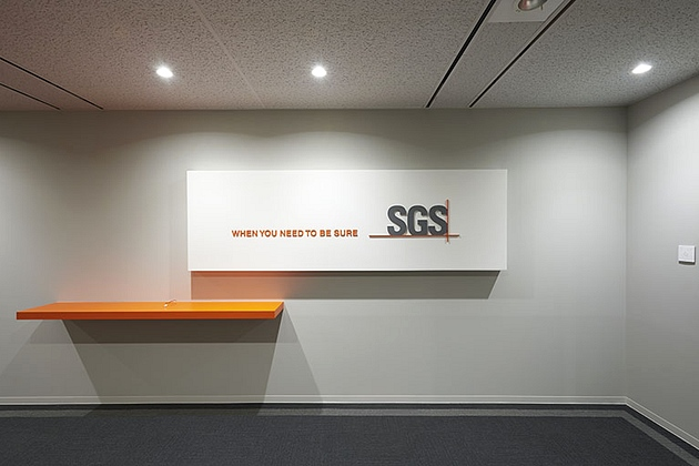 SGS Japan Inc./【3F Entrance】The telephone table uses the orange corporate color.
