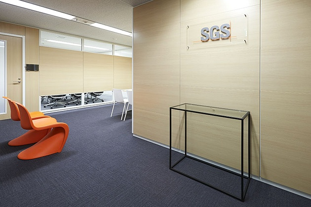 SGS Japan Inc./【5F Entrance】Chairs are finished in the orange corporate color.