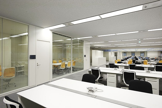 SGS Japan Inc./【Conference rooms】The glass-walled conference rooms face the work area.
