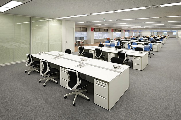SGS Japan Inc./【Work area】A universal plan was adopted for work seating. Free-address seating is also used in some cases, and addresses are assigned to pillars for location recognition.