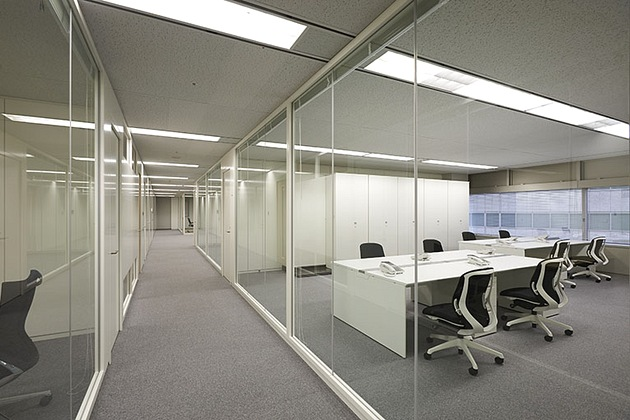 SGS Japan Inc./【Middle corridor】The corridor is bordered in glass to allow in natural light.