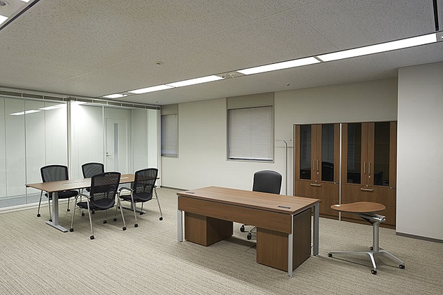 SGS Japan Inc./【Executive office】An electrically raised and lowered table is used as a meeting table.