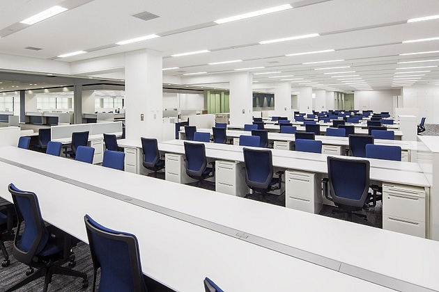 Nagahama/【Main office】Rows of bench tables are situated in a large space that does not have central storage.