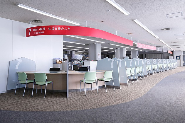 Tendo/【Social welfare service counters】The counters use gently curving lines to soften the atmosphere of the space.