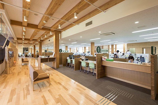 Town of Sumita in the Kesen District of Iwate Prefecture/【1F Counter area】A high-visibility design combining interior and exterior wood elements.