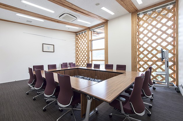Town of Sumita in the Kesen District of Iwate Prefecture/【2F Town hall meeting room】A dignified space with a dark-woodgrain table.