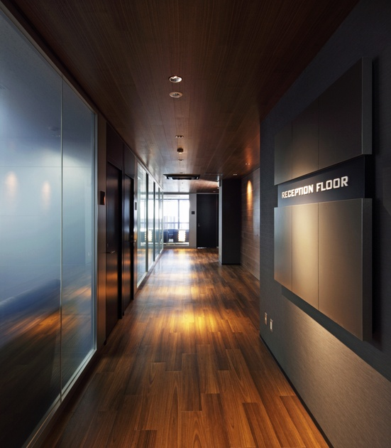 "Twinbird Corporation/【Approach space】Seeming to draw the visitor farther and farther in this space has a ""tube"" form with dark-wood flooring walls, and ceiling."