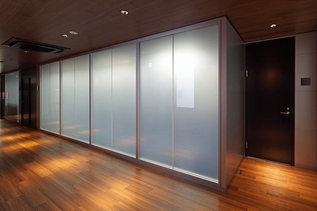 Twinbird Corporation/【Magic screen glass partition】With the Okamura-made MGP-type partition, just flipping one switch turns the glass cloudy.