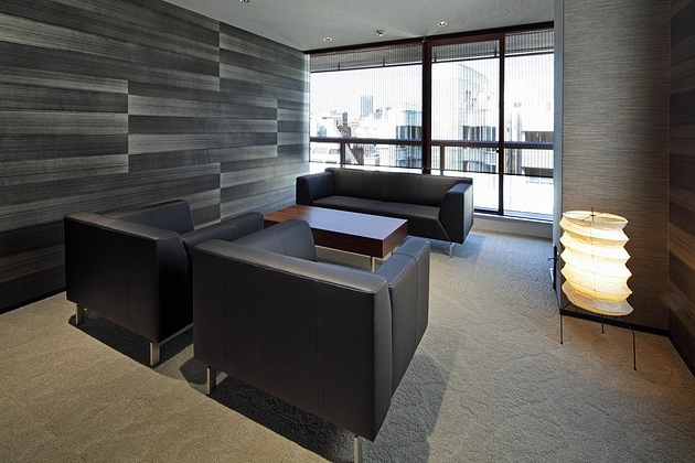 Twinbird Corporation/【VIP reception room】A Japanese atmosphere is created by the Isamu Noguchi standing light, the washi (traditional Japanese paper) wallpaper, and the bamboo blinds.