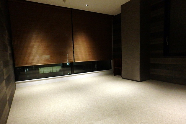 Twinbird Corporation/【VIP reception room】The carpet motif is reminiscent of a  dry landscape garden, and the shadows from the lighting express a Japanese aesthetic.