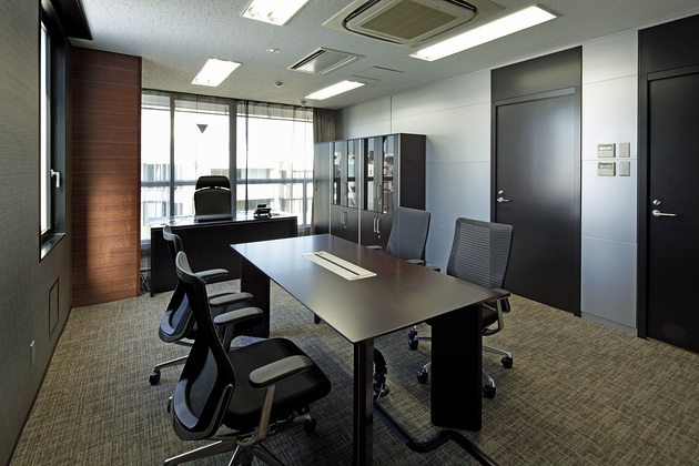 "Twinbird Corporation/【President's office】Adopting carpeting and curtains with subtly detailed designs, the goal for the president's office was to preserve its character as a ""life space."""