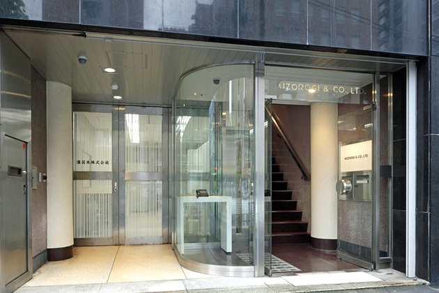 Mizorogi & Co., Ltd./【Reception entrance】Visitor and goods-handling entrances are clearly separated.