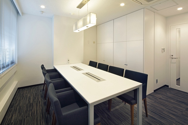Mizorogi & Co., Ltd./【Business-negotiation rooms】The business negotiation rooms use monotones to create a calm atmosphere.