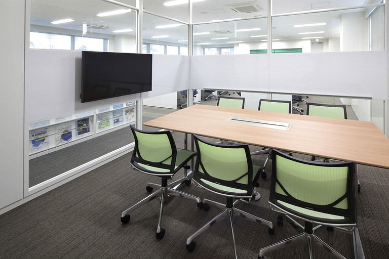Muranaka Medical Instruments Co., Ltd./【Discussion space】Meeting chairs feature the theme color.