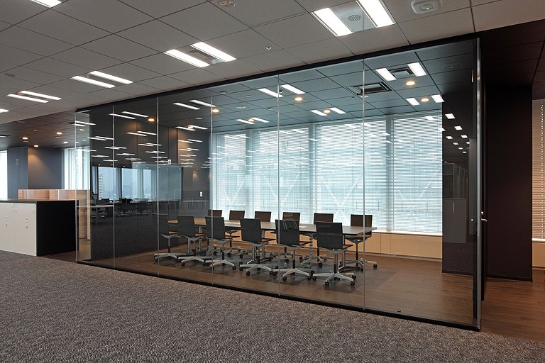 Tanseisha Co., Ltd./【Corridor area】Conference rooms for internal meetings are situated throughout the corridor, and use a standardized achromatic color for furniture.