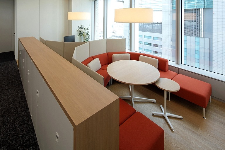 Tanseisha Co., Ltd./【Corridor area】Featuring sofa-type seating, this discussion space can also be used as open work seating. (20F)