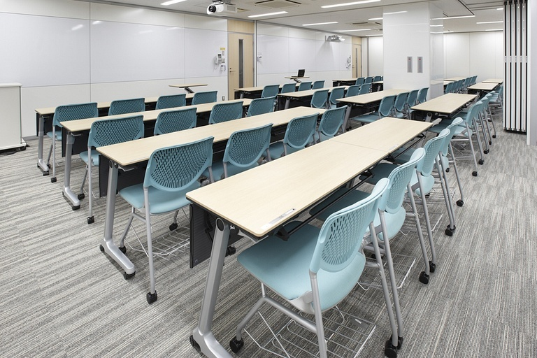 Taiyo Life Insurance Company/【Training room】The space used is changed with movable partitions (64 seats when open).