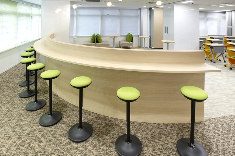 Taiyo Life Insurance Company/【Communication lounge】A high counter is situated at the outer edge of the circular sofa.