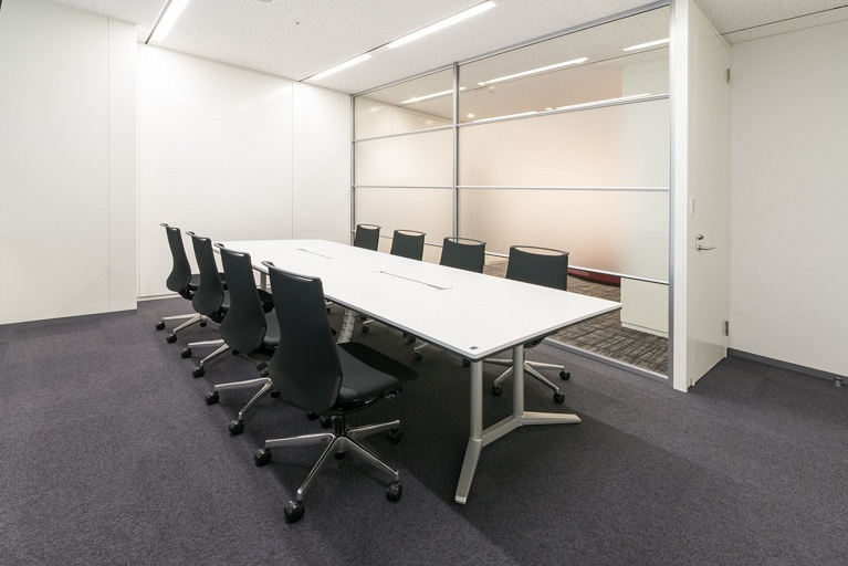 Origin Electric Co., Ltd./【Reception room (Saitama-Shintoshin Head Office)】Glass-partitioned visitor reception room brings natural light into the entrance area.