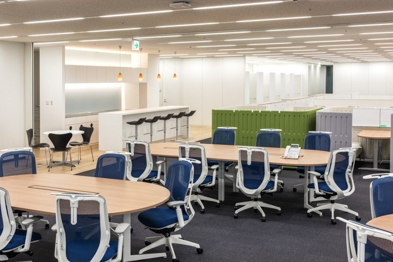 Origin Electric Co., Ltd./【Work space (Saitama-Shintoshin Head Office)】A free-address system was adopted for offices of departments where the percentage of people present onsite is low; the café counter is also used as work space.