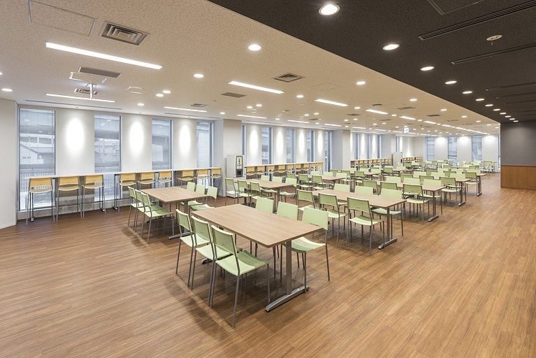 Origin Electric Co., Ltd./【Relaxation room (Technical Head Office)】Multipurpose use was anticipated for this space; outside of lunch times it is utilized for internal events, discussions, etc.